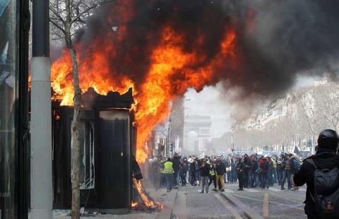 Chalecos amarillos se radicalizan y lanzan ultimátum a Macron