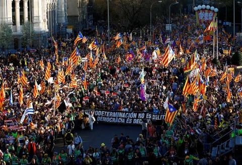 Miles protestan en España contra juicio a líderes catalanes