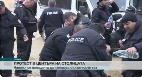 Policías lanzan gas pimienta a manifestantes... el viento se los regresa