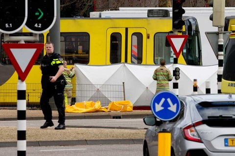 Van 3 muertos por tiroteo en Holanda; policía busca a sospechoso turco