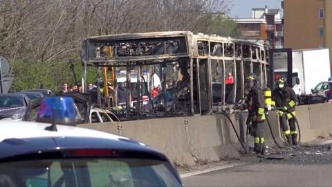 Hombre secuestra e incendia autobús con estudiantes en Italia, sin heridos