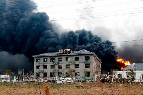 Suman 64 muertos en China por explosión en planta química