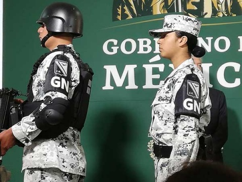 El titular de la Sedena, el general Luis Cresencio Sandoval, y el presidente Andrés Manuel López Obrador presentaron en Tijuana los uniformes de la Guardia Nacional. Foto: Especial