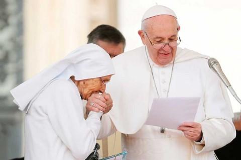 El Papa desata polémica por 'esquivar' besos de fieles a su 'anillo de pescador'