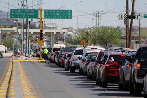 En los cuatro puentes en Ciudad Juárez, se observaron desde temprana hora largas filas de vehículos de algunos kilómetros, ya que el tiempo de cruce se calculó en 5 horas en algunos de ellos.