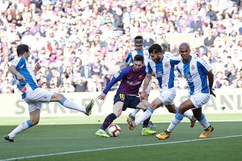 El Barcelona gana derbi catalán gracias a doblete de Messi