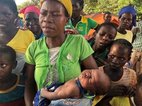 Da a luz en un árbol en medio de catástrofe en Mozambique