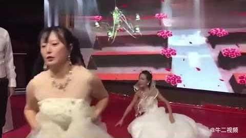 'Crashea' la boda de su ex vestida de novia y esto pasó