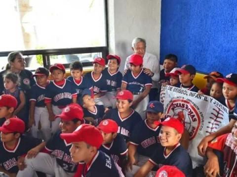 """Los niños beisbolistas regalaron a López Obrador una playera con la leyenda """"AMLO"""", Foto: Especial"""