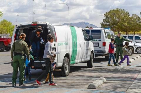 Evalúa Trump enviar a inmigrantes a ciudades santuario