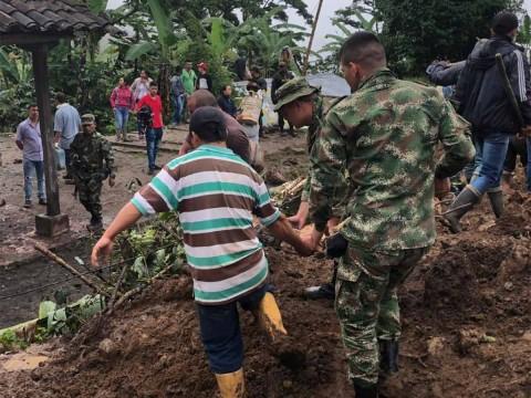 Suman 14 muertos por alud en Colombia