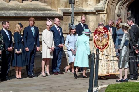 Isabel II celebra cumpleaños 93 con misa en Castillo de Windsor