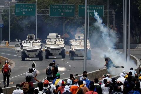 Tanqueta arrolla a manifestantes opositores en Venezuela