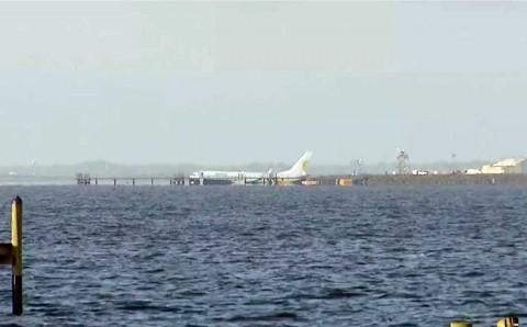 Avión cae a río tras aterrizaje fallido en Florida, EU; hay heridos leves