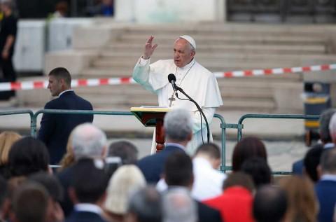 El Papa visita Bulgaria; pide acoger a inmigrantes