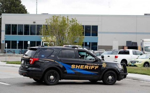 Investigan a 2 jóvenes por tiroteo en escuela de Colorado