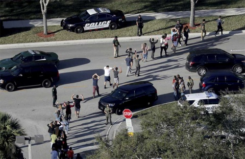 Renuncia director de escuela que sufrió matanza en Florida