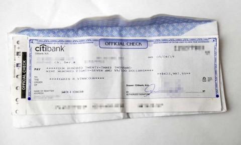 Mesero devuelve 424 mil dólares a cliente que no dio propina