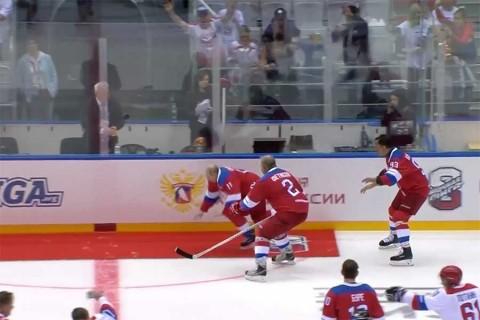 La caída de Putin en una pista de hockey sobre hielo
