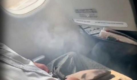 Avión aterriza de panza tras quedar sin ruedas delanteras