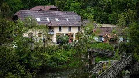 Misterioso asesinato en Alemania: hallados en un hotel muertos a flechazos