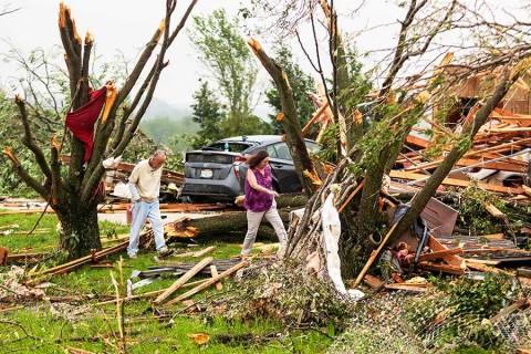 Sigue mal tiempo en EU; tornados arrasan en Kansas