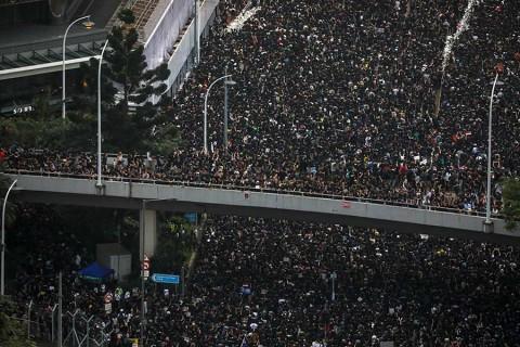 Otra protesta masiva sacude al gobierno en Hong Kong