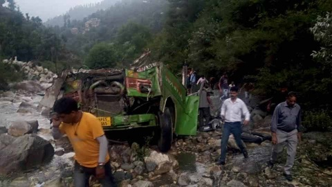 Autobús cae a barranco en India; al menos 44 muertos