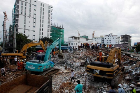 Suman 18 muertos por derrumbe de edificio en Camboya
