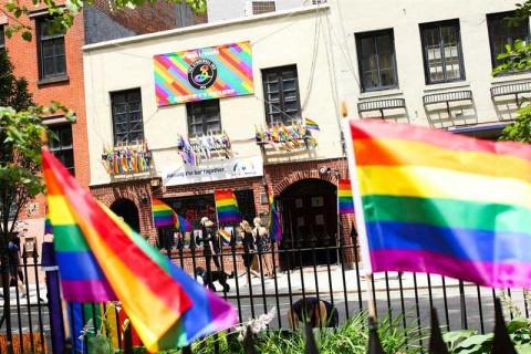 Nueva York se ilumina con el arcoíris por el orgullo gay