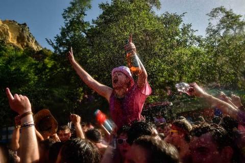 'Batalla del Vino' en España deja miles de empapados