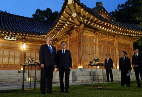 Arriba Trump a Corea del Sur con esperanza de reunirse con Kim Jong Un