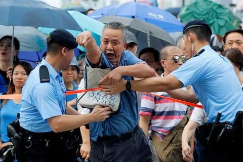 Opositores se tomaron por la fuerza el Parlamento — VIDEO] Hong Kong