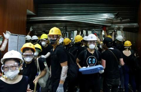 Manifestantes ocupan y vandalizan el Parlamento de Hong Kong