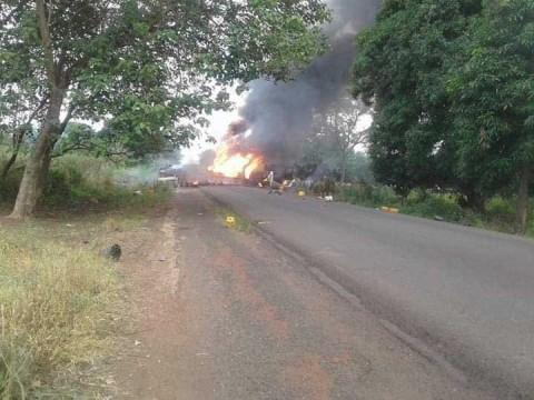Explota pipa en Nigeria; al menos 50 muertos