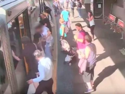 Niña pequeña cae en el hueco entre el tren y la plataforma