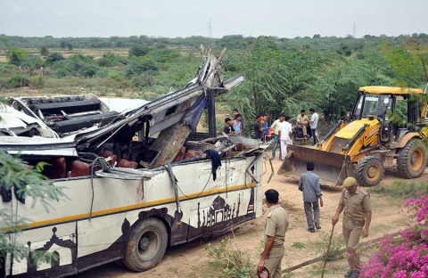 Autobús cae a canal en India; al menos 29 muertos