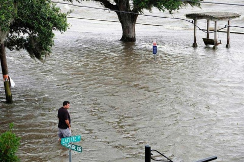 'Barry' toca tierra en EU, pero se degrada a tormenta tropical