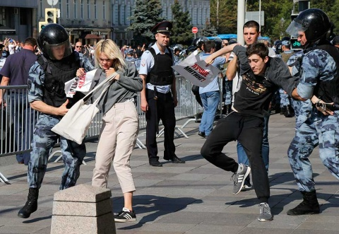 Arrestan a más de 600 personas en protesta opositora en Rusia