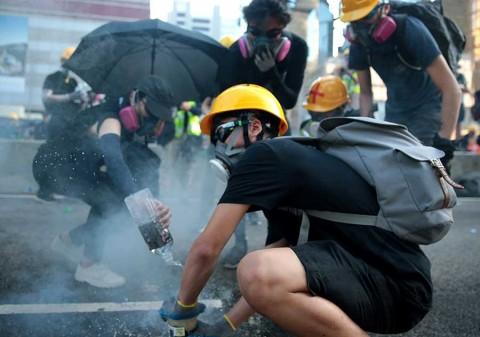 'El que juega con fuego, muere quemado', advierte China a manifestantes en Hong Kong