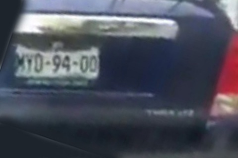 #LadyBat destroza auto por leve choque