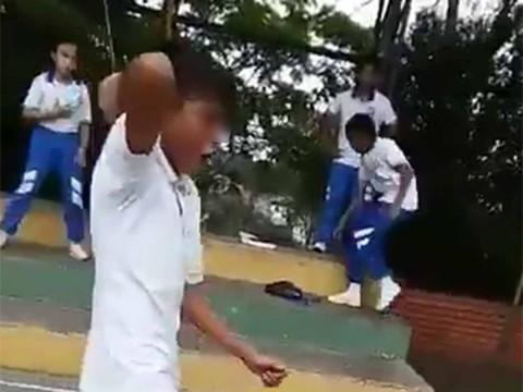 Niño intenta acuchillar a su maestro