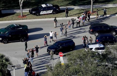 Texas relaja controles de armas, pese a tiroteos