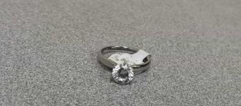 Roba anillo de diamantes y deja uno barato en su lugar