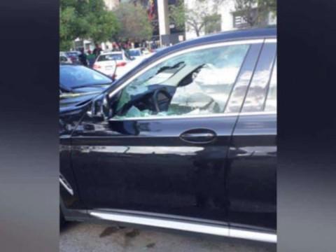 El auto atacado por el grupo armado.