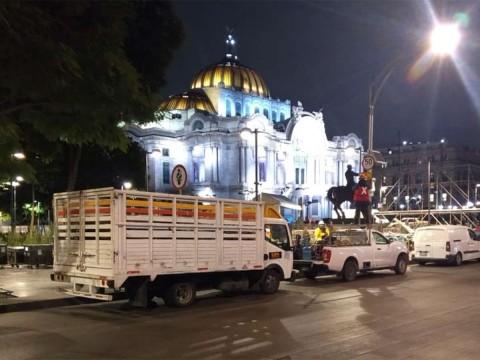 el palacio de Bellas Artes con vallas metálicas