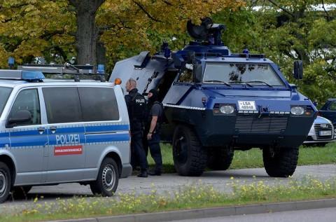 Merkel acusa 'atentado'; sospechoso gritó insultos antisemitas