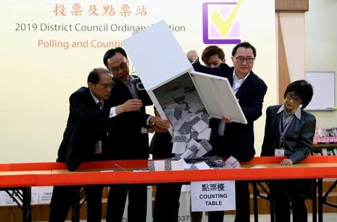 Líder de Hong Kong omite concesiones tras revés electoral