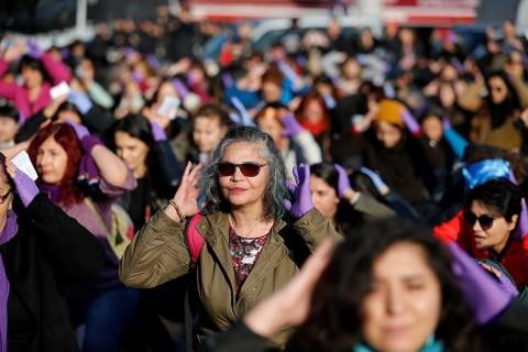Legisladoras cantan 'Un violador en tu camino' en Turquía, pese a represión