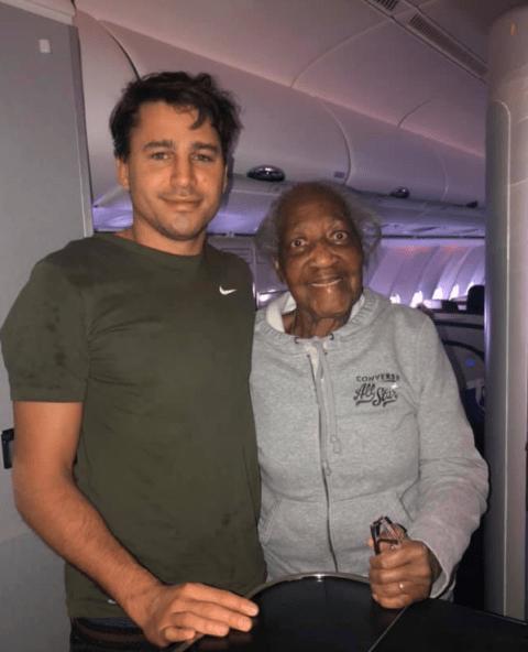 El increíble gesto de un joven hizo que una anciana cumpla su sueño en un avión